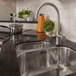 Granit är en mycket tålig sten som är lämplig i alla miljöer som t.ex. bänkskivor, fönsterbänkar eller golv.