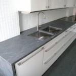Kalksten är känslig för sura vätskor som t.ex. kolsyra eller vissa rengöringsmedel, som kan etsa och ge märken i stenen. Kalksten används ofta som fönsterbänkar och golv.