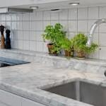 Marmor används ofta som fönsterbänkar och golv. Marmor är känslig för sura vätskor som t.ex. kolsyra eller vissa rengöringsmedel, som kan etsa och ge märken i stenens yta.